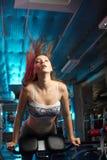 Bella ragazza che fa allenamento di forma fisica Immagini Stock Libere da Diritti