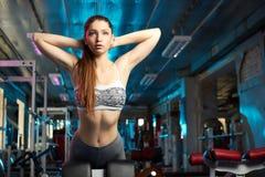 Bella ragazza che fa allenamento di forma fisica Fotografia Stock Libera da Diritti