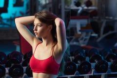 Bella ragazza che fa allenamento di forma fisica Fotografie Stock