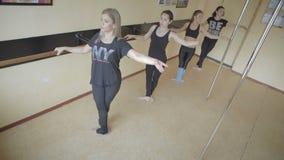Bella ragazza che fa allenamento in video del metraggio delle azione dello studio di ballo stock footage