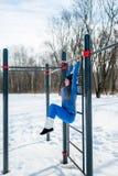Bella ragazza che fa allungamento, forma fisica su un campo sportivo Immagini Stock Libere da Diritti