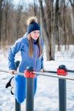 Bella ragazza che fa allungamento, forma fisica su un campo sportivo Fotografie Stock