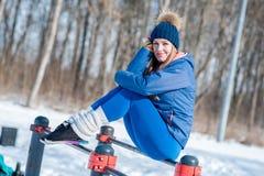 Bella ragazza che fa allungamento, forma fisica su un campo sportivo Fotografia Stock Libera da Diritti