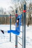 Bella ragazza che fa allungamento, forma fisica su un campo sportivo Immagini Stock