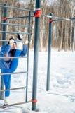 Bella ragazza che fa allungamento, forma fisica su un campo sportivo Fotografia Stock