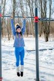 Bella ragazza che fa allungamento, forma fisica su un campo sportivo Immagine Stock Libera da Diritti