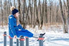 Bella ragazza che fa allungamento, forma fisica su un campo sportivo Fotografie Stock Libere da Diritti