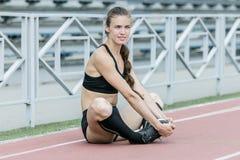 Bella ragazza che fa esercizio in stadio Fotografia Stock
