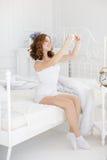 Bella ragazza che fa selfie nel letto Immagini Stock Libere da Diritti