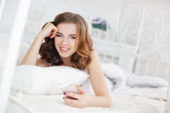 Bella ragazza che fa selfie nel letto Fotografia Stock Libera da Diritti