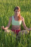 Bella ragazza che fa yoga alla natura Fotografie Stock Libere da Diritti