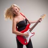Bella ragazza che gioca chitarra immagini stock