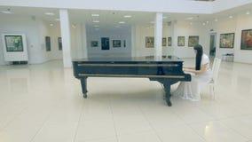 Bella ragazza che gioca il piano in galleria di immagini video d archivio