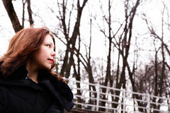 Bella ragazza che gode del suo tempo fuori nel parco di inverno Fotografia Stock Libera da Diritti