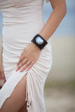Bella ragazza che indossa un braccialetto fatto a mano immagine stock