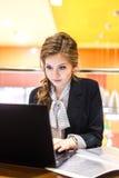 Bella ragazza che lavora ad un computer portatile Fotografia Stock