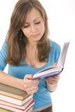Bella ragazza che legge meditatamente un libro immagine stock libera da diritti