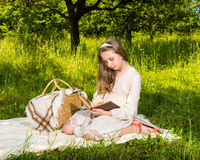 Bella ragazza che legge un libro Immagini Stock Libere da Diritti