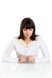 Bella ragazza che legge un libro sul bianco fotografia stock libera da diritti