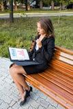 Bella ragazza che legge un libro sulla natura Immagini Stock