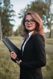Bella ragazza che legge un libro sulla natura Fotografia Stock Libera da Diritti