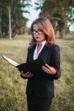 Bella ragazza che legge un libro sulla natura Immagini Stock Libere da Diritti