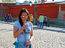 Bella ragazza che legge una nota in un taccuino fotografia stock
