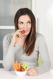 Bella ragazza che mangia le verdure fotografia stock libera da diritti