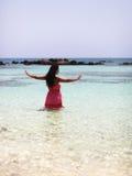Bella ragazza che medita nell'acqua Immagine Stock