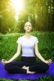 Bella ragazza che medita nella foresta Fotografia Stock Libera da Diritti