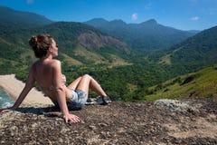 Bella ragazza che meditatiing nella giungla, isola del Brasile Immagini Stock Libere da Diritti