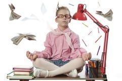 Schoolirl che meditating sullo scrittorio Immagine Stock Libera da Diritti