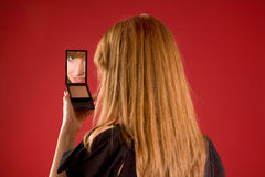 Bella ragazza che osserva in specchio Fotografie Stock