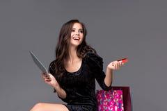 Bella ragazza che paga dalla carta di credito Immagini Stock