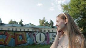 Bella ragazza che parla sul telefono stock footage