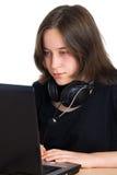 Bella ragazza che per mezzo di un computer portatile Immagini Stock Libere da Diritti
