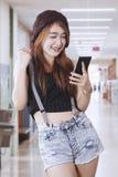 Bella ragazza che per mezzo di un telefono mobile Fotografia Stock Libera da Diritti