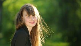 Bella ragazza che posa al tramonto all'albero nella foresta video d archivio