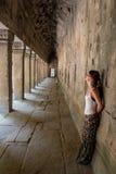 Bella ragazza che posa a Angkor Wat, Cambogia L'Asia di viaggio Fotografia Stock Libera da Diritti