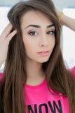 Bella ragazza che posa nello studio bianco Fotografia Stock