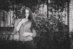 Bella ragazza che posa su una via Fotografia Stock