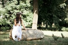 Bella ragazza che posa sul tiro di foto nella foresta Immagine Stock