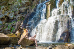 Bella ragazza che posa in un'alta cascata, ragazza assolutamente abbandonata della testarossa in una cascata Immagine Stock Libera da Diritti