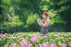 Bella ragazza che prende foto dalla macchina fotografica mirrorless Fotografie Stock Libere da Diritti