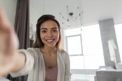 Bella ragazza che prende la foto del ritratto di Selfie in camera da letto nella mattina Fotografie Stock
