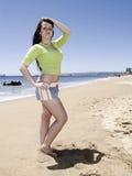Bella ragazza che propone alla spiaggia Fotografie Stock