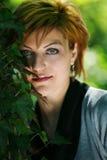 Bella ragazza che propone nella foresta Fotografie Stock