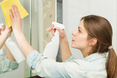 Bella ragazza che pulisce la sua casa Immagini Stock