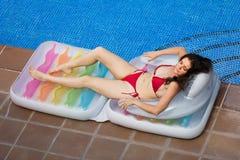 Bella ragazza che riposa in materasso di aria fotografia stock libera da diritti