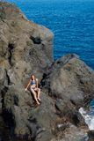 Bella ragazza che riposa nella piscina naturale dell'oceano Fotografie Stock